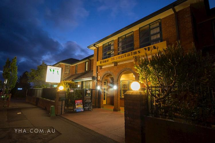 Blue Mountains YHA Hostel - Twilight Exterior