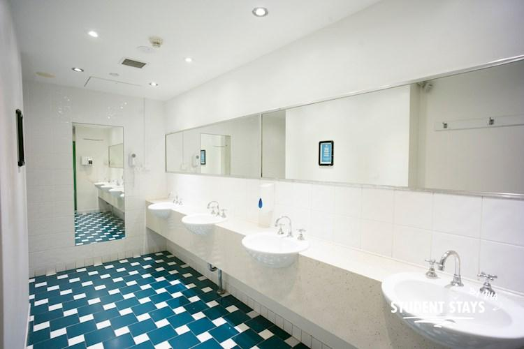 Sydney Central YHA_Communal Bathroom_2017_studentstays.jpg