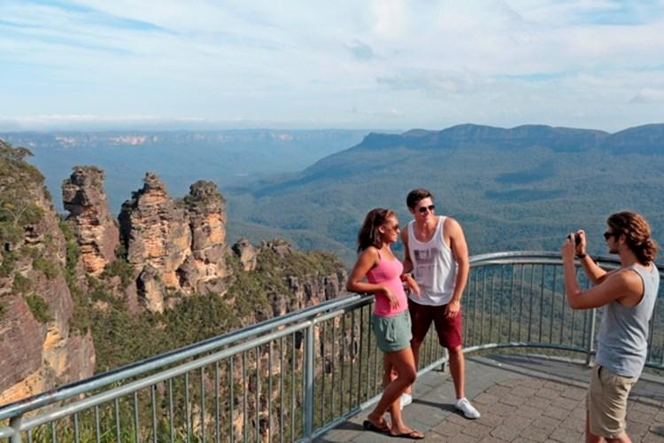 The Three Sisters at Echo Point in Katoomba, Blue Mountains.jpg